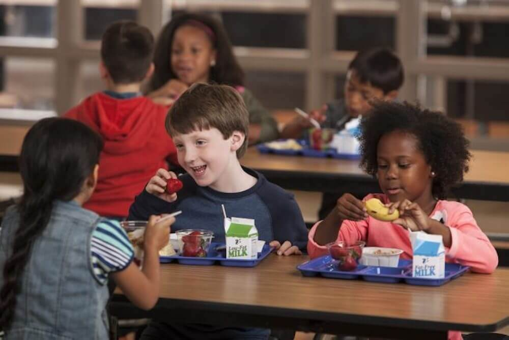 kids-eating-lunch